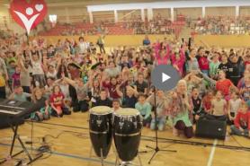 10 városban 10 000 gyerek énekelte a Pozitív mondókát – videó és dalszöveg